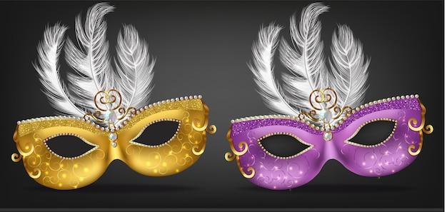 Máscara dorada y morada con plumas.