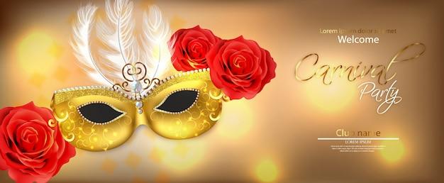 Máscara dorada con plumas.