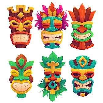 Máscaras tiki, tótems tribales de madera, atributos de estilo hawaiano o polinesio, caras aterradoras con boca llena de dientes