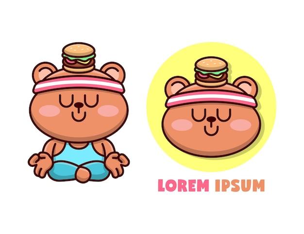 Mascota de dibujos animados de oso lindo haciendo posición de yoga con una hamburguesa en la cabeza, logotipo de la mascota