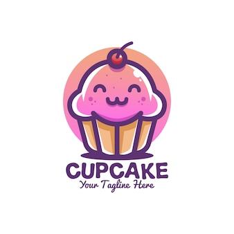 La mascota del personaje de dibujos animados lindo sonríe cupcake rosa púrpura con logotipo de fruta de cereza roja