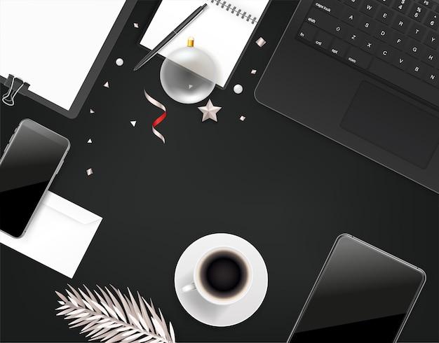 Material de oficina con accesorio navideño. diferentes cosas de negocios en una mesa.