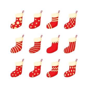 Medias de navidad rojas y blancas establecen ilustración vectorial en un estilo plano de dibujos animados aislado sobre fondo blanco. colección de calcetines de año nuevo ornamentados coloridos tradicionales.