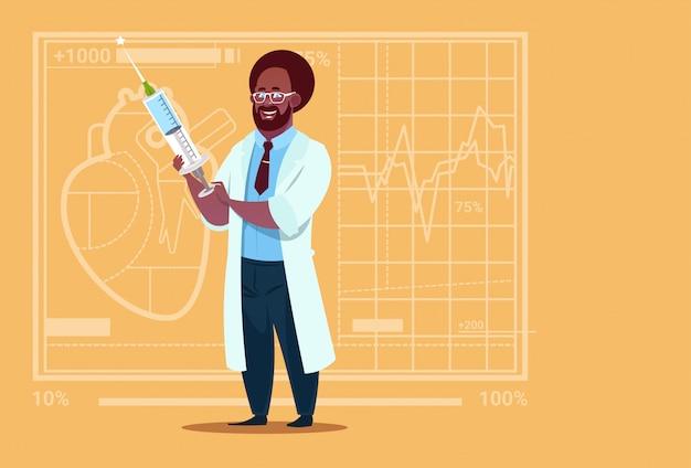 Médico afroamericano holding jeringa clínica médica hospital de trabajadores