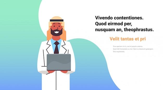 Médico árabe espera banner de computadora portátil