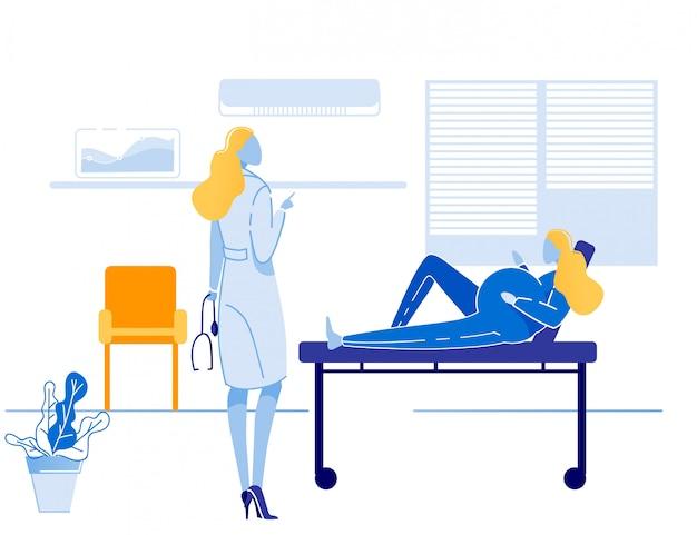 Médico se comunica con paciente embarazada