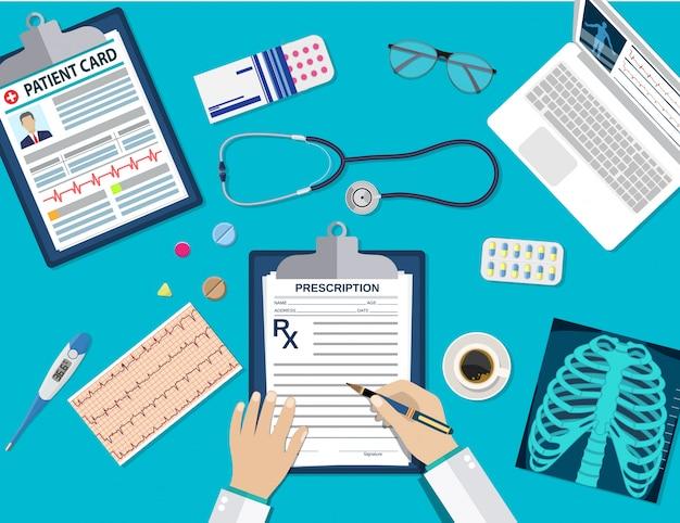 Médico en el lugar de trabajo en la mesa.