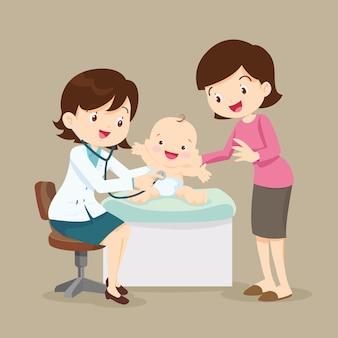 Médico de mamá y pediatra examina bebé pequeño