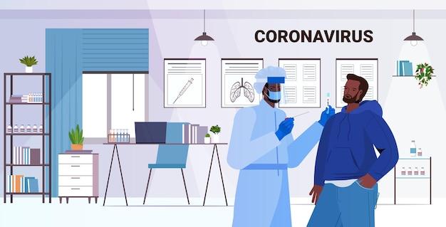 Médico en máscara tomando prueba de hisopo para muestra de coronavirus de hombre afroamericano procedimiento de diagnóstico de pcr paciente concepto de pandemia covid-19 clínica oficina interior retrato horizontal vector illustrati