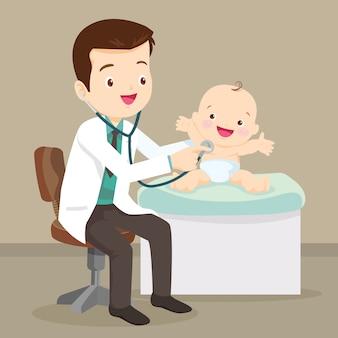 Médico pediatra examina bebé pequeño