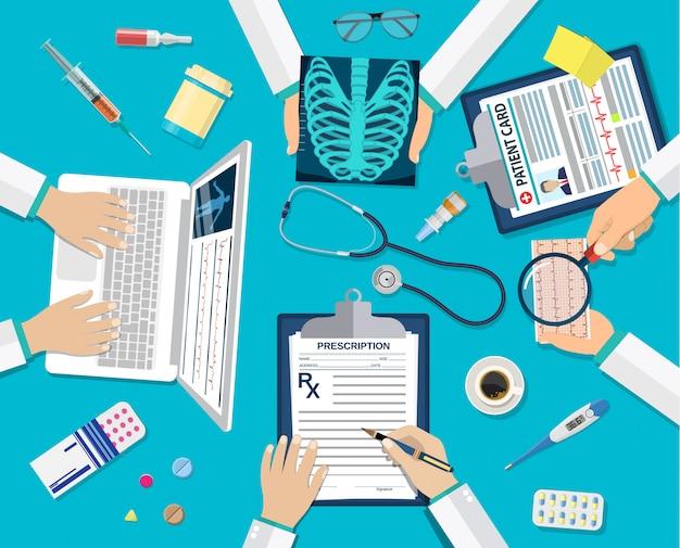 Médicos del equipo médico en el escritorio.