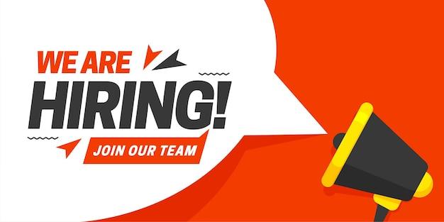 Megáfono con bocadillo y estamos contratando a unirse a nuestro equipo con letras de anuncio.