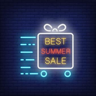 El mejor cartel de neón de la venta de verano. texto brillante en marco, caja de regalo con ruedas en movimiento. anuncio brillante de la noche