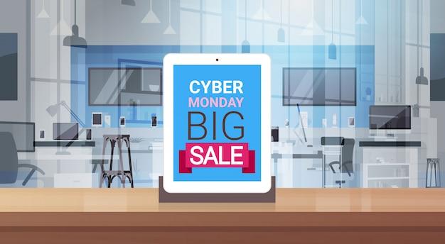 Mensaje de gran venta de cyber monday en la pantalla de la tableta digital en la tienda de tecnología moderna