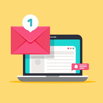 Mensaje en la pantalla del ordenador. concepto de correo con sobre y laptop.