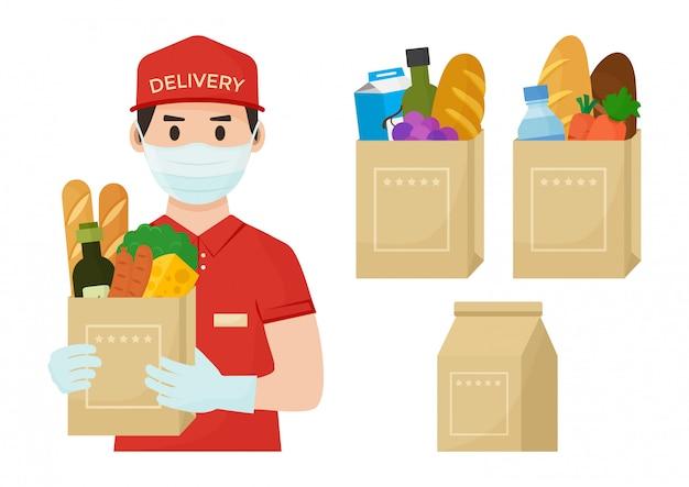 Mensajero en la cara máscara médica y guantes con bolsa de supermercado llena en las manos