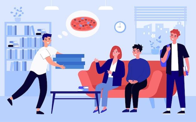Mensajero entregando pizza a amigos. repartidor sonriente que pone orden a la gente feliz que compra en línea a casa. buen servicio de entrega. comer adentro. ilustración de vector de dibujos animados plana.