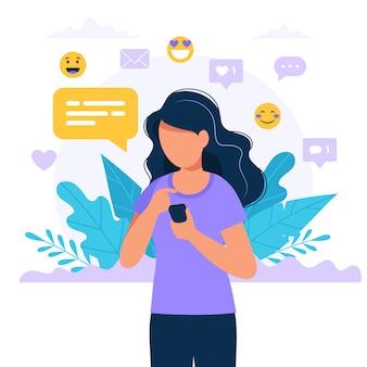 Mensajes de texto de mujer con un teléfono inteligente, iconos de redes sociales.