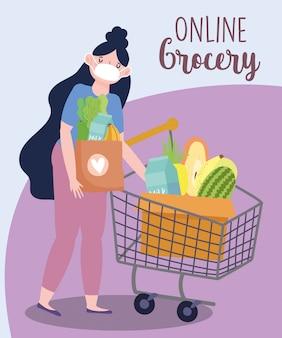 Mercado en línea, mujer con máscara y carrito de compras y cesta, entrega de alimentos en la tienda de comestibles