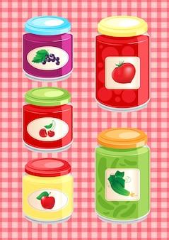 Mermeladas y verduras encurtidas en frascos de vidrio sobre el mantel a cuadros de fondo