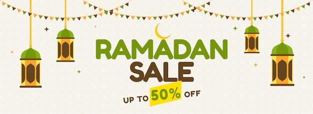 Mes sagrado islámico de ramadán banner de venta con colgantes linternas de colores, media luna dorada y coloridas banderas del empavesado.