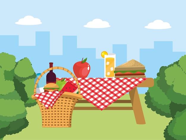 Mesa y cesta con decoración de alimentos y manteles.