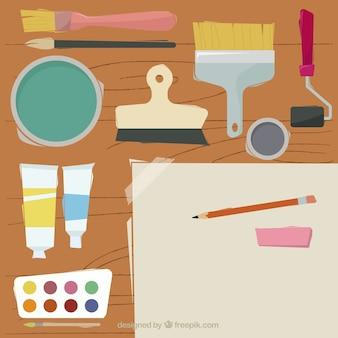 Mesa con elementos de dibujo y brochas