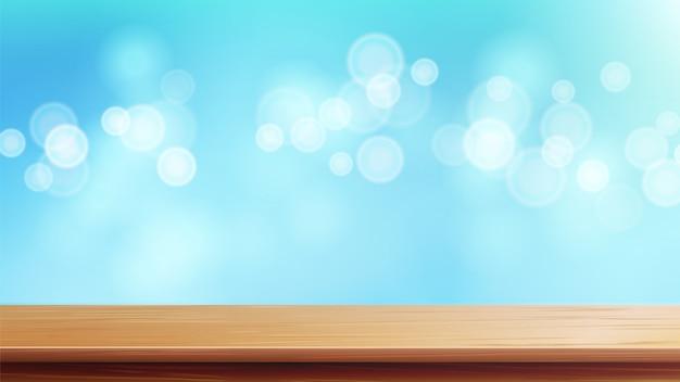 Mesa de madera con luz solar matutina