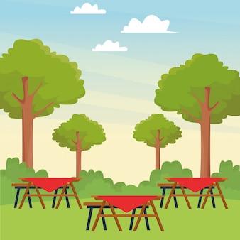 Mesas de picnic en el parque.