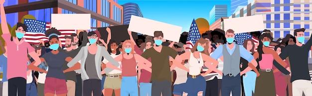 Mezcla de gente de raza multitud en máscaras sosteniendo pancarta vacía celebración del día del trabajo