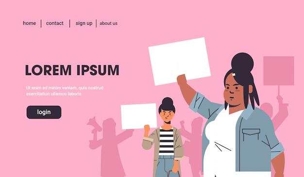 Mezclar activistas de raza protestando sosteniendo carteles con signo de género femenino feminista demostración movimiento de poder femenino protección de derechos mujeres empoderamiento concepto retrato copia espacio horizontal