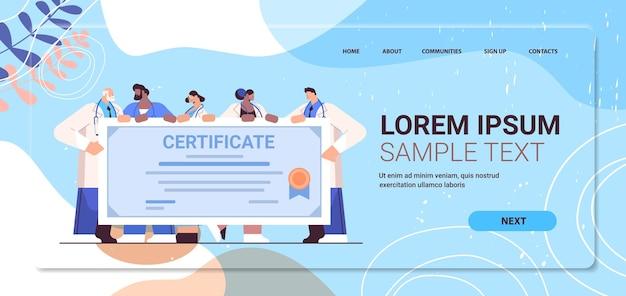 Mezclar la carrera de médicos graduados titulares de certificados graduados felices celebrando el título de diploma académico universitario concepto de educación médica espacio de copia de longitud completa horizontal