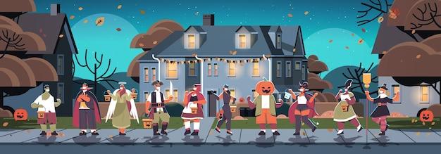 Mezclar gente de raza en disfraces caminando en la ciudad truco o trato feliz celebración de halloween coronavirus concepto de cuarentena horizontal ilustración vectorial de longitud completa