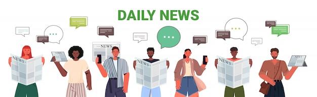 Mezclar gente de raza leyendo periódicos y discutiendo noticias diarias chat burbuja comunicación prensa medios de comunicación concepto retrato horizontal ilustración