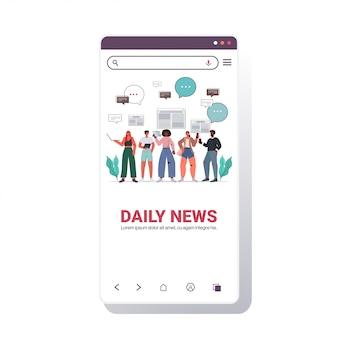 Mezclar gente de raza leyendo periódicos y discutiendo noticias diarias chat burbuja comunicación prensa medios de comunicación