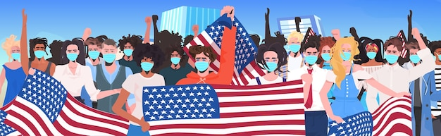 Mezclar la gente de raza multitud en máscaras de pie juntos celebración del día del trabajo coronavirus concepto de cuarentena paisaje urbano retrato de fondo