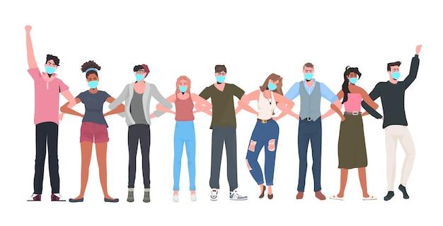 Mezclar la gente de raza multitud en máscaras de pie juntos celebración del día del trabajo