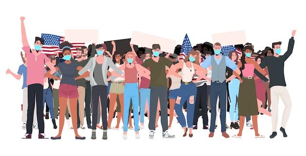 Mezclar la gente de raza multitud en máscaras sosteniendo pancartas vacías celebración del día del trabajo