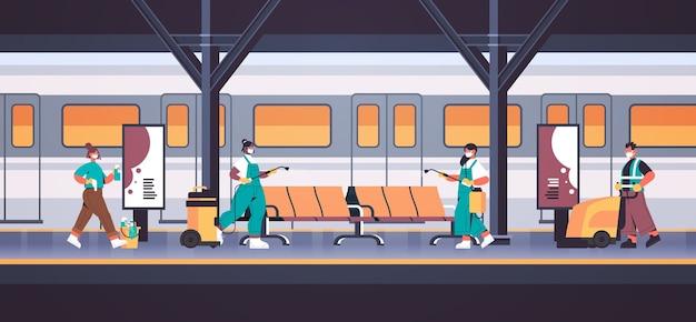 Mezclar limpiadores de carrera en máscaras desinfectando las células del coronavirus en la plataforma de la estación del metro para evitar la pandemia covid-19 servicio de limpieza desinfección horizontal