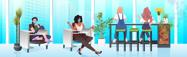 Mezclar mujeres empresarias de raza en máscaras trabajando juntas en el centro de coworking concepto de trabajo en equipo de la pandemia de coronavirus moderno interior de la oficina horizontal