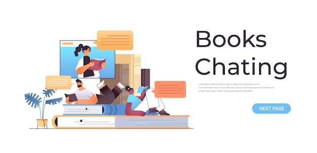 Mezclar la pareja de estudiantes de carrera leyendo y charlando libros con maestra en la ventana del navegador web en línea