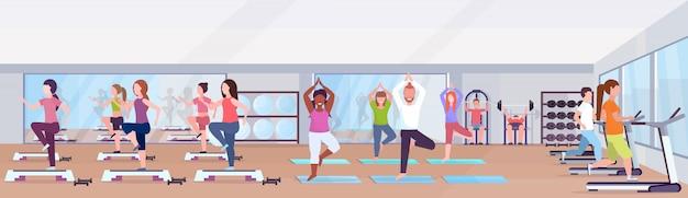 Mezclar personas de raza haciendo ejercicios hombres mujeres trabajando juntos entrenando en clases de grupo de gimnasio entrenamiento estilo de vida saludable concepto moderno club de salud estudio banner horizontal interior ilustración vectorial