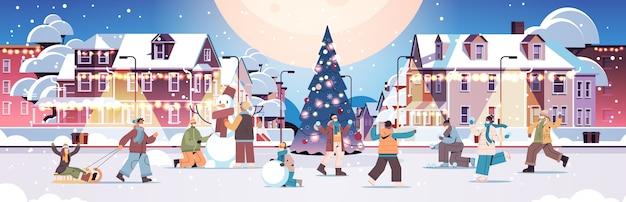 Mezclar personas de raza en máscaras divirtiéndose en invierno hombres mujeres caminando al aire libre concepto de cuarentena de coronavirus ilustración vectorial horizontal de longitud completa