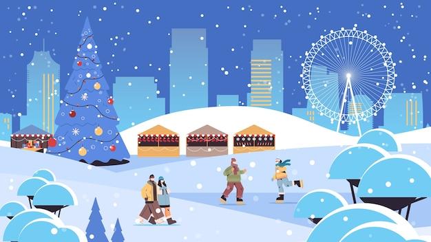 Mezclar personas de raza en máscaras divirtiéndose en invierno hombres mujeres pasando tiempo en el parque actividades al aire libre concepto de cuarentena de coronavirus fondo de paisaje urbano ilustración de vector horizontal de longitud completa
