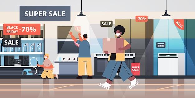 Mezclar personas de raza con máscaras protectoras comprando electrodomésticos en el viernes negro evento de promoción de venta concepto de cuarentena de coronavirus