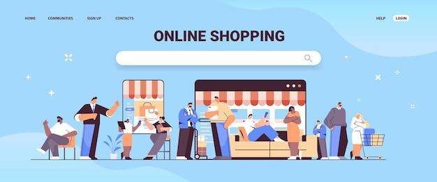 Mezclar personas de raza usando la aplicación de compras en línea en dispositivos digitales hombres mujeres comprando y solicitando productos