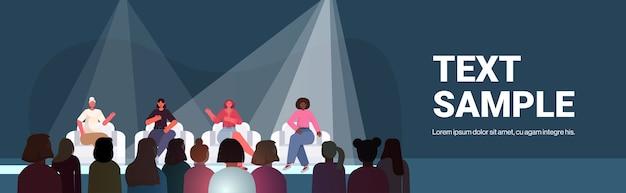 Mezclar la raza amigas discutiendo durante la reunión en el club de mujeres chicas apoyándose mutuamente unión de feministas concepto sala de conferencias espacio interior