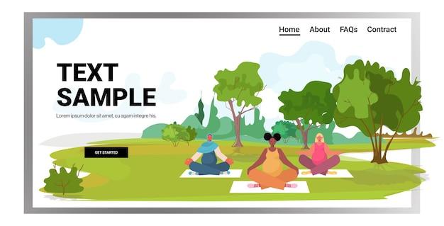 Mezclar la raza de las mujeres embarazadas haciendo ejercicios de fitness de yoga formación concepto de estilo de vida saludable niñas meditando en el espacio de copia de fondo del paisaje del parque
