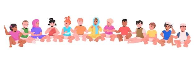 Mezclar raza niños pequeños sentados juntos niños jugando en kindergarten personajes de dibujos animados aislados