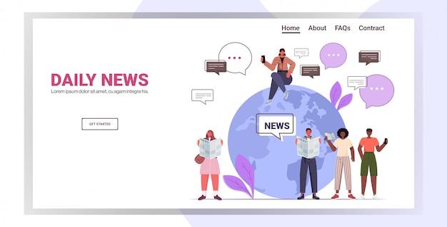 Mezcle gente de raza cerca del globo leyendo periódicos y discutiendo el concepto de comunicación de burbujas de chat de noticias diarias. ilustración de espacio de copia horizontal de longitud completa